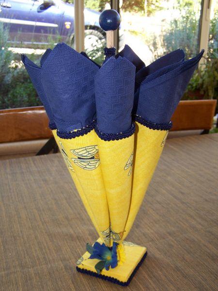 parapluie porte-serviette · personnages en pots de terre cuite